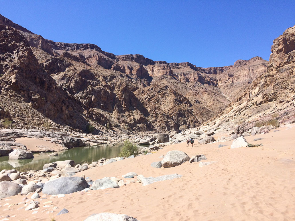 fish-river-canyon-hikers-sand-cliffs
